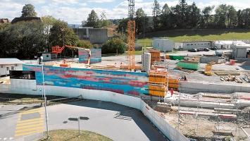 Christoph Haerle · Erstellung der farbigen Betonmauer vor dem neuen Bürgerspital Solothurn, 2019.Foto: Gebr. Schwarz Pictures