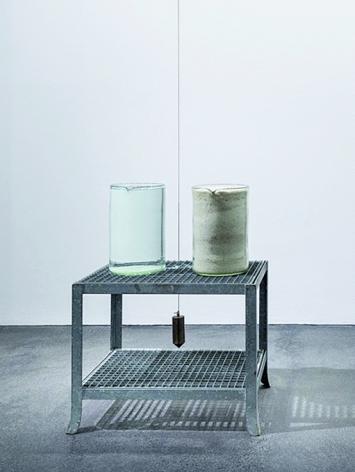 Klaus Rinke · Verdunstung, 1969/70/79, 2x30l handgezogene Gläser Wasser, Tiefseesalz, Messinglot, Stahltisch verzinkt. 115x87x62cm.Foto: Wolfgang Stahl