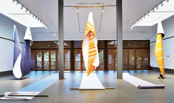 Elisabeth Sonneck · Scrollpainting 53 Tresholds, 2018, Öl auf Papier je 110x493–1000cm, Bambus, Nylonschnur, Steine, IWE Art Museum, Kunming.Foto: Yang Rui