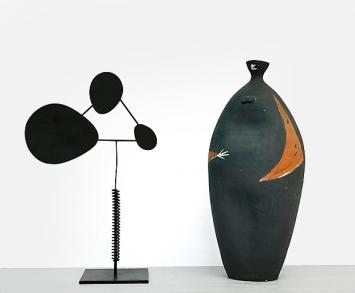Walter Linck · Hommage à Calder, 1953, Stahl und Eisen, 41x26x13cm; Margrit Linck · La Noire, 1959, Terrakotta bemalt, H 44cm