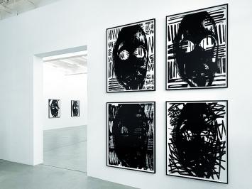 Adam Pendleton · Untitled (masks), 2018, Silkscreen ink on Mylar; jedes Blatt 131x100,5cm, gerahmt: 131x100,5cm, Ausstellungsansicht Galerie Eva Presenhuber, Zürich.Foto: Stefan Altenburger