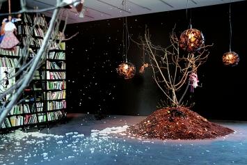 Precious Okoyomon · A Drop of Sun Under The Earth, 2019, Ausstellungsansicht, schwarzescafé, Luma Westbau