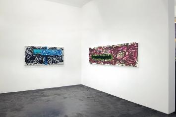 David Reed · Ausstellungsansicht, 2018, links: #699, 2014–2018, Öl, Alkyd und Acryl auf Polyester, 76,2x162,6cm; rechts: #701, 2017–2018, Öl, Alkyd und Acryl auf Polyester, 68,6x257,2cm