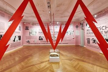 Iris von Roten · Frauen im Laufgitter, 2021, Ausstellungsansicht Strauhof.Foto: Zeljko Gataric/Strauhof