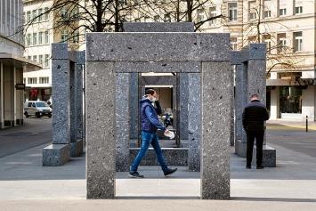 Max Bill · Pavillon-Skulptur, 1983, 63 Schwarzwaldgranit-Blöcke, je 42x42x210cm, total 4x5x20m ©ProLitteris, Kunstsammlung der Stadt Zürich.Foto: Samuel Herzog