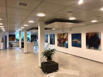 Die Haupthalle der Gallery CUBANOW mit der aktuellen Ausstellung CUBANISADO