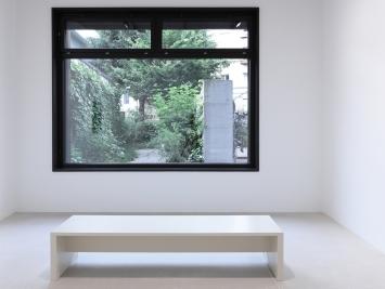 Ausstellungsansicht, Urs Lüthi, SUPERHUMAN, Sicht auf Urs Lüthi, Selfportrait (MORNING SUN), 2021, (Sound Skulptur), Windhager von Kaenel, Zürich, 2021 / Courtesy: der Künstler und Windhager von Kaenel