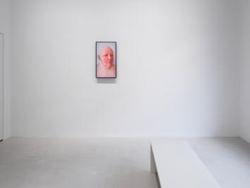 Ausstellungsansicht, Urs Lüthi, SUPERHUMAN, Sicht auf Urs Lüthi, Selfportrait (SHAME), 2021, (Video Installation), Windhager von Kaenel, Zürich, 2021 / Courtesy: der Künstler und Windhager von Kaenel