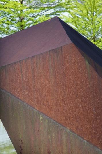 Barbara Jäggi, Drei Findlinge, 2002,Installation, Stahlblech, diverse Masse, Überbauung Opus, Dammstrasse / Landis + Gyr-Strasse / Zählerweg, Privateigentum