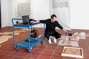 Jan Hofer bei Akustiktests im Zimmermannhaus Brugg, 2018.Foto: Nicolas Duc
