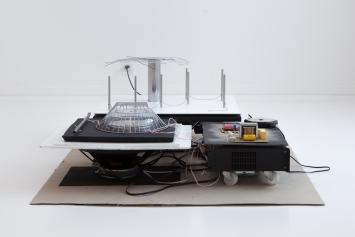 Jan Vorisek (*1987), Sensurround, 2013,CD, Verstärker, CD-Player, Holz, Karton, Metall, Draht, Farbe, Kabel, Rollen; Dauer: 11 min. 15 sek.