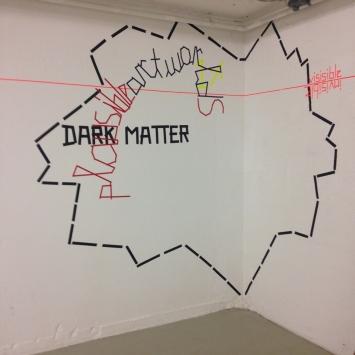 Dark Matter oder die Kunst als Eisberg, Tape auf Wand, Zeichnung und Foto: Kathrin Böhm