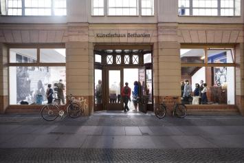 Außenansicht / studio view Künstlerhaus Bethanien mit Eingang zu den Ateliers / exterior view of Künstlerhaus Bethanien with studio access at Kohlfuhrter Str 41 - 43. Foto / photograph: Georg Schroeder.