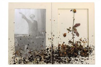 Anselm Kiefer, Für Jean Genet,1969, pp. 4-5, Schwarzweissfotografien, Gouache, getrocknete Rosen, Aquarell auf Papier und Bleistift auf Karton, gebunden, 10 Seiten, 49,5 x 35 x 5 cm (geschlossen).Foto: Charles Duprat