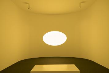 Installationsansichten «My Light». James Turrell «Curved Elliptical Glass: Healing Light», 2017. Installation mit computergesteuerten LED, Loop 150 min, 380 x 515 x 535 cm. Courtesy: Universitäts-Kinderspital Zürich – Eleonorenstiftung. Foto: Florian Holzherr.