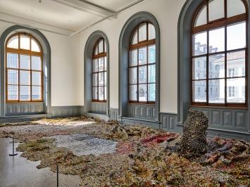 Gravity and Grace, 2010, Flaschenverschlüsse aus Aluminium und Kupferdraht, 482x1120cm, Courtesy Jack Shainman Gallery, New York, Ausstellungsansicht Kunstmuseum Bern, 2020