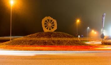 Grosses Steinrad, René Küng, Skulptur im Verkehrsraum