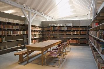 Kunst(Zeug)Haus Rapperswil-Jona. Als architektonische Insel mitten im Hauptausstellungsraum lädt die Robinson-Bibliothek zum Stöbern ein.