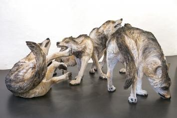 """Rochus Lussi """"Wolf""""Pappelholz in Farbe gefasst je 100 x 100 x 90 cm, 2020 Foto: christian hartmann"""