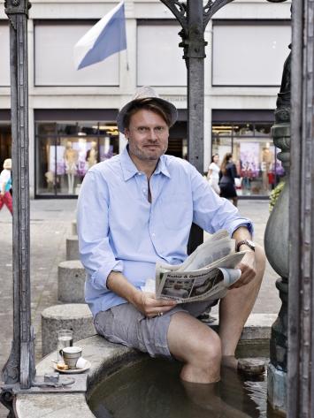 Thomas Wyss ist Journalist und Autor. Er ist verliebt in die Stadt Zürich und sucht sie auf, wenn er Rat braucht. Am meisten interessieren ihn erste Sätze, und er ist unglaublich gut im gut Schlafen.