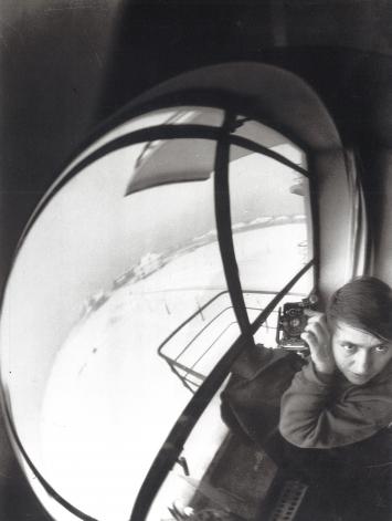 Marianne Brandt,o.T. (Selbstporträt mit Kamera), 1927–28 (1993),Schwarz-Weiß-Fotografie aus dem Portfolio Marianne Brandt, 10 Schwarz-Weiß-Fotografien, je 24 x 18 cm, 1928 – 1931 (1993), Hrsg. Bauhaus-Archiv, Berlin,Schwarz-Weiß-Fotografie, 17,5 x 22,5 cm,Courtesy: Sammlung Freese