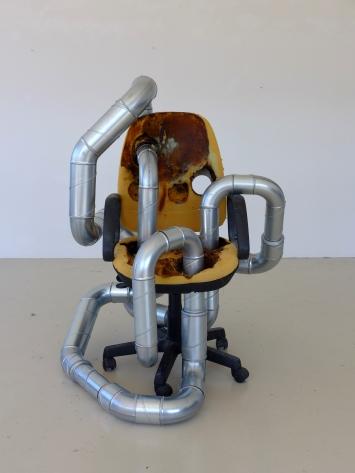 Maya Bringolf, «Inhale Exhale», 2019 Abgefackelter Bürostuhl, Lüftungsrohre, 1,6 x 1 x 1 m