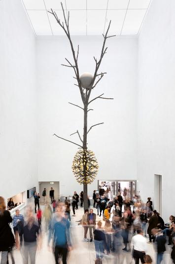 Giuseppe Penone · Luce e ombra, 2011, Bronze, Gold und Granit, 1450x470x490cm, Musée cantonal des Beaux-Arts de Lausanne, Schenkung Alice Pauli, 2016.Foto: Etienne Malapert