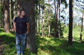 Silvano Repetto, Performance inutile n. 4004 (Unnütze Performance Nr. 6820) – Allein in einem Wald in der Zentralschweiz Verstecken spielen, 2020