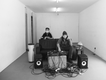Chri Frautschi und Andrea Marioni senden jeden Donnerstagabend live auf Lumpenstation.art aus dem Lokal-int. Foto: Lokal-int