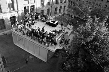 PROGR-Fest 2006, Ansprache von StadtpräsidentAlexander Tschäppät auf dem Stage-Pavillonder Stadtgalerie. Foto: Peter Aerschmann