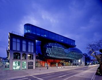 Kunsthaus Graz, Nachtaufnahme,Foto: Universalmuseum Joanneum/Eduardo Martinez