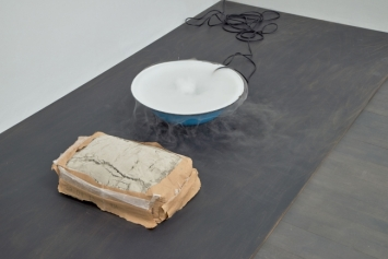 Nina Canell, Perpetuum mobile (25 kg), 2009, S.M.A.K. collection
