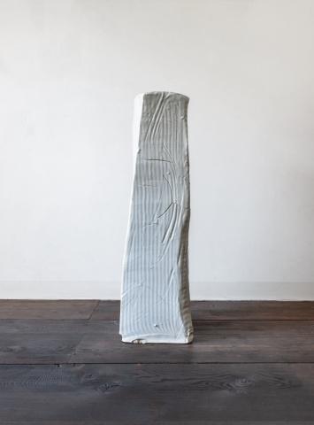Not Vital, Blocked, 2018, Keramik, 83 × 28 × 26 cm, Courtesy of the artist and Hauser & Wirth, St. Moritz, Foto: Eric Powell