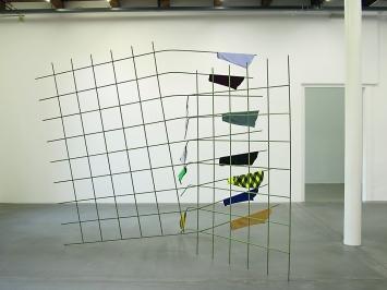 Edith Oderbolz, Slip Out, 2012, Armierungsstahl, Lack, Stoff 230 x 280 x 200 cm