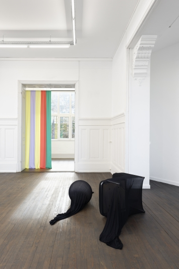 Edit Oderbolz · New Hat, 2018, und Colour My Sleep, 2018, Installationsansicht CRAC Alsace. Foto: Aurélien Mole