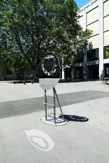 Olaf Breuning,HEART, 2016, Schiffbauplatz, Zürich.(Verchromtes Messing, 184 × 55 × 83 cm)© Cédric Eisenring / Kunst im öffentlichen Raum Zürich («Gasträume 2019»)Courtesy: der Künstler und Galerie Nicola von Senger, Zürich