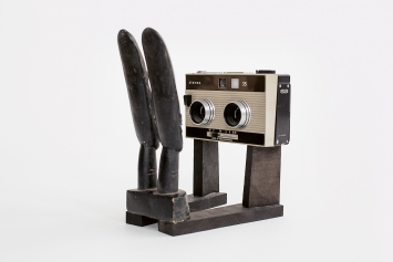 Stereo, 2014, Stereokamera, Holzfiguren, Ebenholz ©ProLitteris.Foto: Rudi Rapf