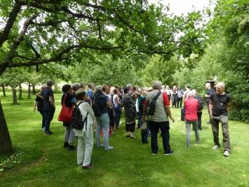 Die Künstlerinnen und Künstler führen zu ihren Kunstwerken in Park und Galerie, Moderation Kunsthistorikerinnen
