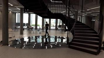 Ursula Palla,the second stairs, 2020,spiegelpolierte Chromstahlplatten, 630 x 510 cm, Kantonales Verwaltungszentrum Sinergia, Chur, Courtesy Kanton Graubünden