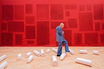 Ulla von Brandenburg · Das Was Ist, 2020, Ausstellungsansicht ‹Le milieu est bleu›, Palais de Tokyo Paris. Foto: Aurélien Mole↗ www.palaisdetokyo.com
