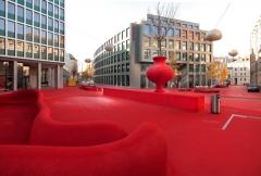 Atelier Carlos Martinez,stadtlounge II,Einfassung des Aussenbereichs des Kinderhorts mit einem Teppichfalt. Foto: Hannes Thalmann