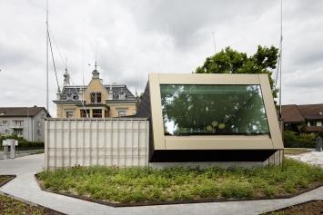"""Yves Netzhammer, «Das Instrument des Horizontes / Die Partitur der Blicke», 2013,Baugespanne über der Villa """"Rosenheim"""" und ihrem Anbau©Ralph Feiner"""