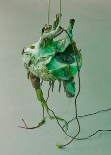 Maya Hottarek, Eukaryota 1, 2019, Keramik, Glasur, Tierhaare, Leder, Lautsprecher, Verstärker, Hanfschnur, Kabel, 45 × 45 × 40 cm