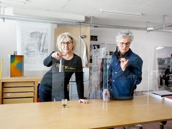 Im Atelier: Marie-Antoinette Chiarenza und Daniel Hauser mit Distanzhalter, Atelier RELAX, Zürich
