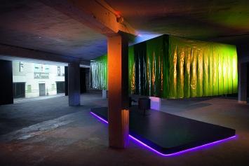 Rest or Stay, 2019, Installation mit begehbarer Bühne, Neonschrift, Videoprojektion und Video auf Monitor, mit Ton, Ausstellungsansichten Kunstraum Kreuzlingen