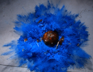 Roman Signer, Kugel mit blauer Farbe, Shanghai Biennale 2012