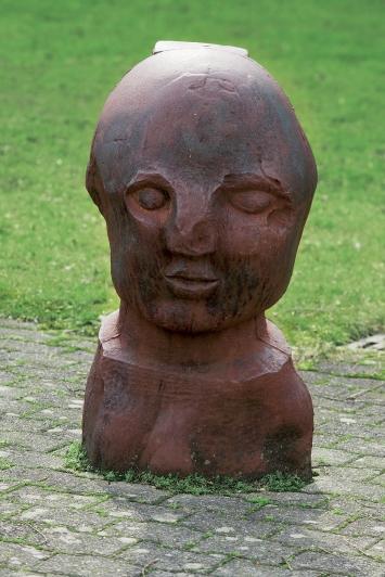 Fritz Roth,Kopf, 1996,Plastik, Eisen, 93x50x50 cm, Kantonsschule Zug, Lüssiweg 24, Eigentum Kanton Zug