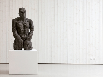 Rudolf Blättler · Mann, 2015, Bronze, Ausstellungsansicht Nidwaldner Museum, Winkelriedhaus.Foto: Christian Hartmann