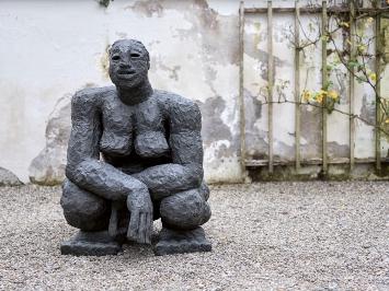 Rudolf Blättler · Weib, 1998, Bronze, Ausstellungsansicht Nidwaldner Museum, Winkelriedhaus.Foto: Christian Hartmann