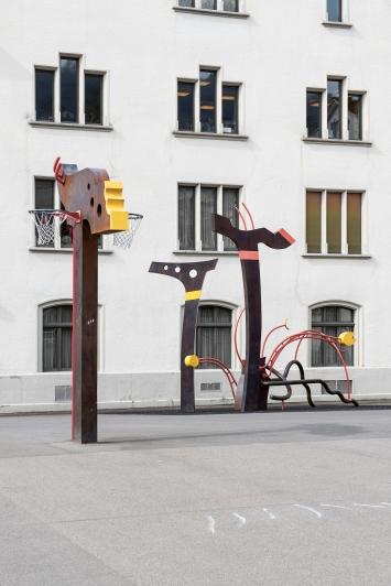 Bruno Scheuermeier,Ohne Titel, 1996,Installation, Eisen und Holz, diverse Masse, Schulhaus Burgbach, St.-Oswalds-Gasse 3, Eigentum Stadt Zug